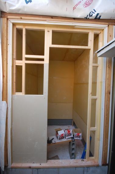 防音室入り口ユニット 枠の上の石膏ボード21mmをしたから張り付け