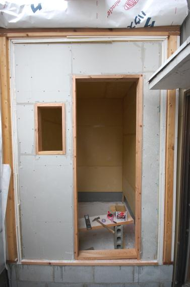 防音室入り口ユニット 枠の取付隙間をシール