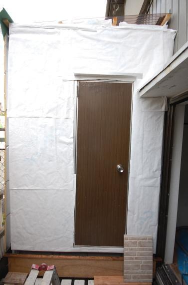 防音室入り口ユニット 枠を取り付け入り口ドアの取付防水紙の張り付け