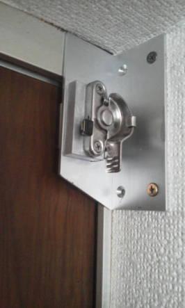 ドアを隙間をなくすためにクレセント付けた例 クレセントを閉めた例