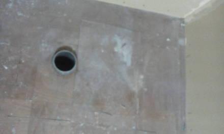 セパレートタイプにするためにトイレの新設 床の復旧と管周りのシール