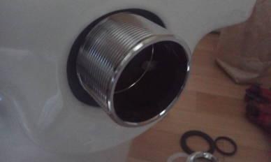 スパットの取り付け 金属部分をゴムの中央から引き出す