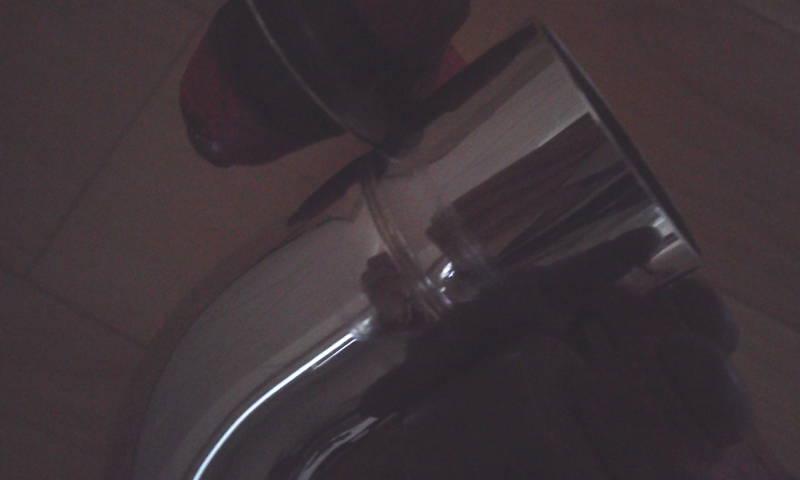 パイプカッターによる洗浄管の切断 パイプカッターの切断中水が深くなってくると切断寸前です。