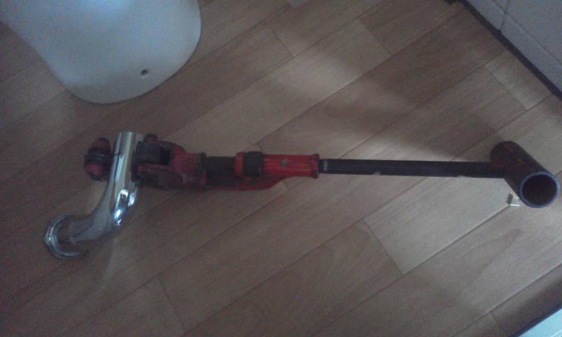 パイプカッターによる洗浄管の切断 パイプカッターに洗浄管を填める