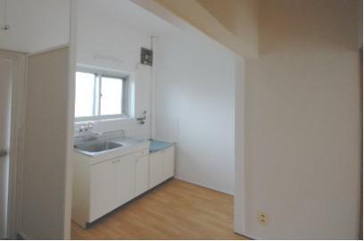 靴入れを設置する前の台所と入り口の隙間