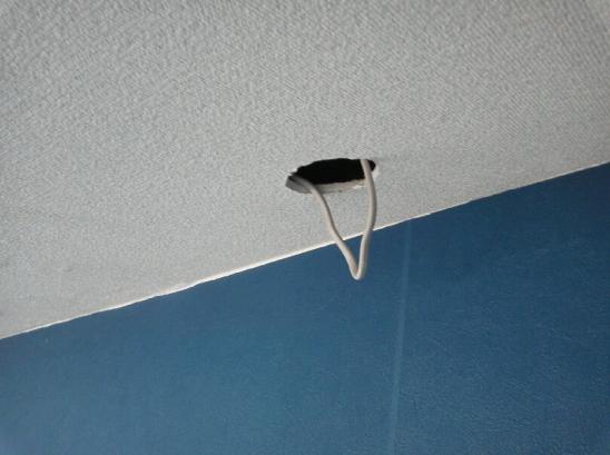 ダウンライトの取り付け 壁紙に穴を開けて電線を引き出します。