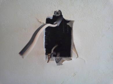 電気コンセントがカスタマイズできるアパート 壁を最小切り取ります