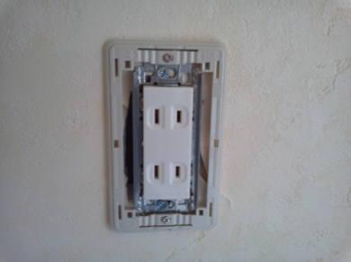 電気コンセントがカスタマイズできるアパート カバーの座を取付