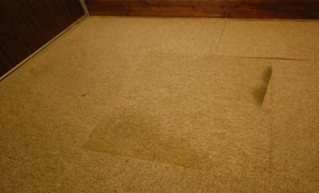 廊下の汚れたタイルカーペット