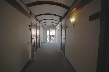 ロフト付きアパートの廊下 入り口側