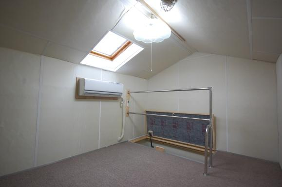 エアコン付きロフト 防音のために吸音材を張っているので断熱性最高です