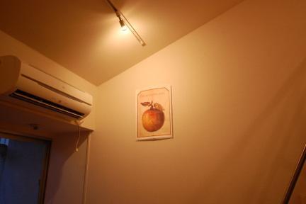 スポット照明でポスターを際立たせた例
