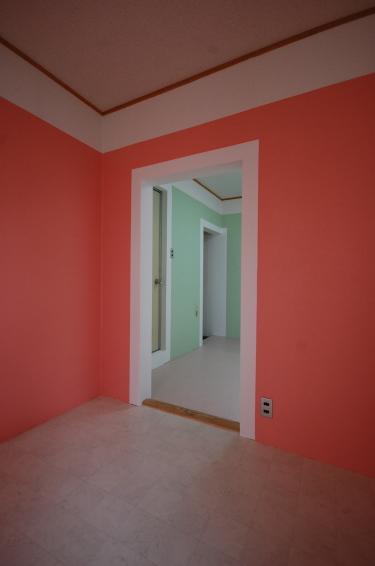 クロスのカスタマイズできるアパート バラ色のお部屋 東側