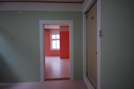 壁紙選べる1DKアパート室内キッチン側洋室とのドア