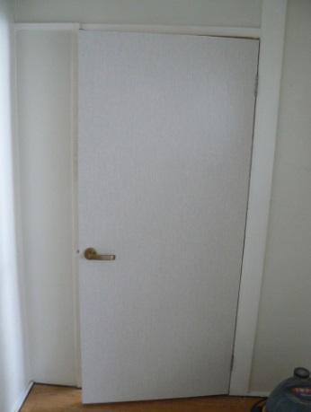 防音ドアに取っ手を取り付けます。