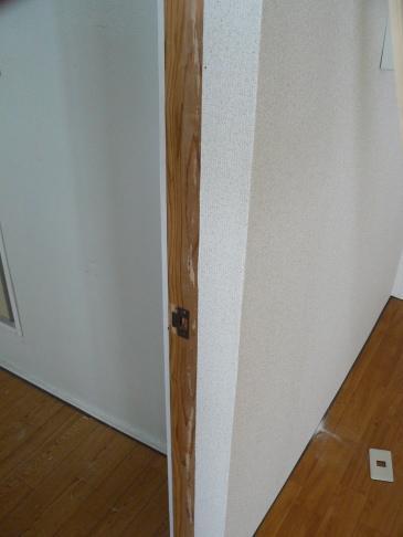 防音ドアに戸当たりをとる付けないといけません。