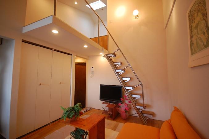 ロフトまでの高さを抑えロフトの天井高を高くする 実例家具を置いた例ロフトまでは2.2mです。