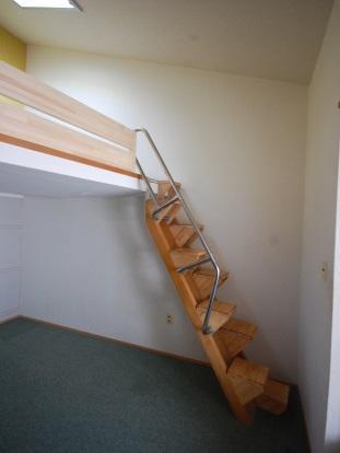 ロフト付き物件 上がりやすい互い違い階段も付いてます