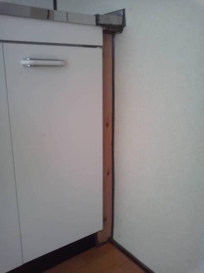 清潔なアパートにするため隙間をなくす 扉を再取り付け
