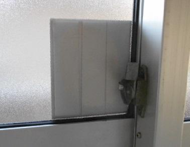 補強板の取付外側に付けた金属板を内側から見る