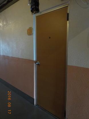 賃貸アパートの廊下の改装ご意見の募集 ドアをベージュ色の木目柄