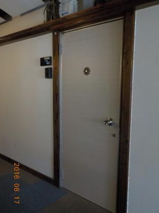 賃貸アパートの廊下の改装ご意見の募集 ドアに白木目柄