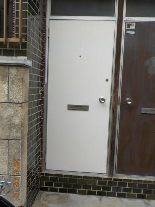 賃貸アパートの廊下の改装ご意見の募集 ドアに白