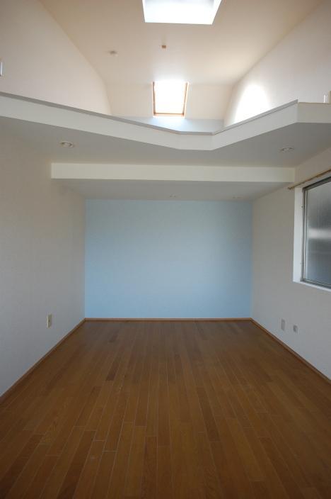 ロフト付きアパート洋室からロフトへ正面