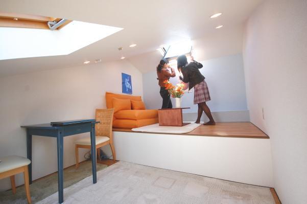 ロフト付きアパートに訪問者が天窓を見る