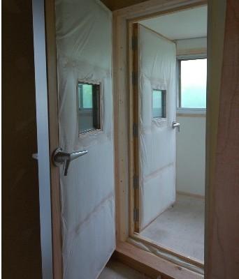 ガラス窓のある防音扉