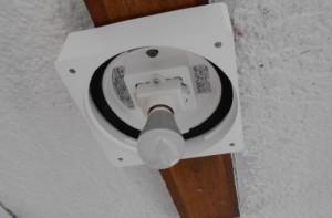 ロフト付賃貸の廊下の照明をLEDに取り替え LED電球の取付