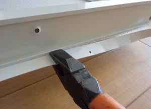 アルミ折り戸のフランジのカット方法 ペンチで折り曲げる