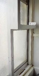 窓に換気扇 アルミ枠との取付