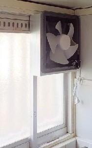窓に換気扇 換気扇の取り付け