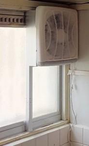 窓に換気扇 取り付け完成