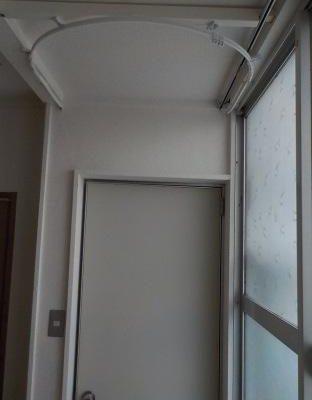 天井にカーテンレールを設置する