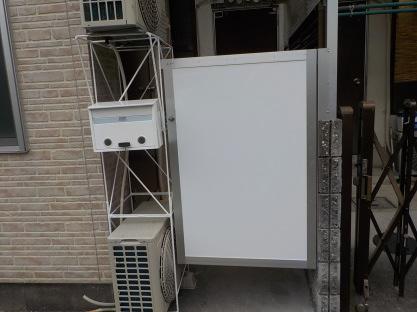 入り口周りの整理のカスタマイズ室外機を重ねて門扉も作りました