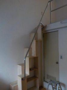 小さくて可愛いお部屋の互い違い階段の手すり補強しました