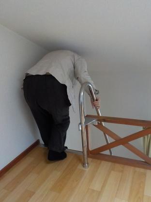 互い違い階段を下りる時には前屈みの姿勢になるので高い手すりが必要です