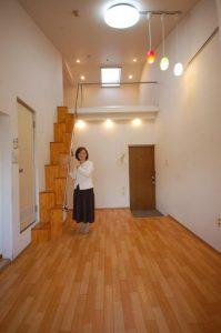 天井の高いロフト付アパートにはペンダント照明が似合う