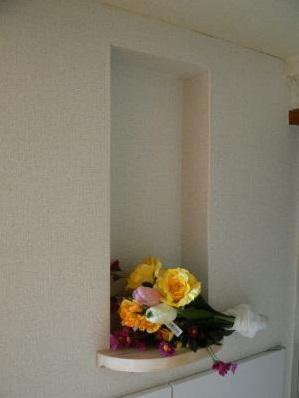 ニッチに花を飾ってみました。
