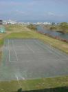 アパート近くの藻川の向こう岸のテニスコート