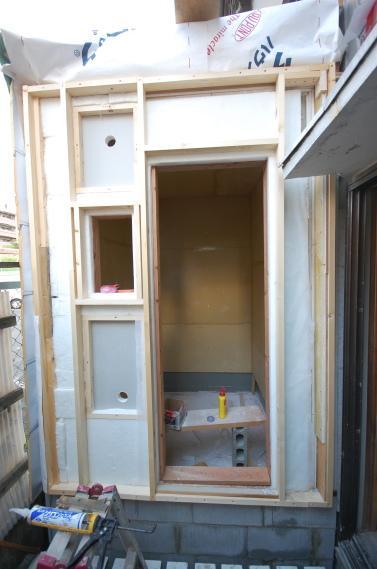 防音室入り口ユニット 吸音材を張って外側の枠を取り付け