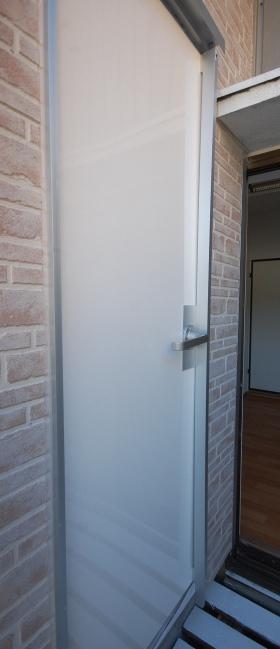 普通の扉を防音扉に 補強桁で防音性を高める