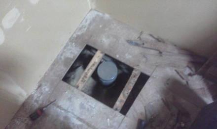 セパレートタイプにするためにトイレの新設 作業用の穴を開ける