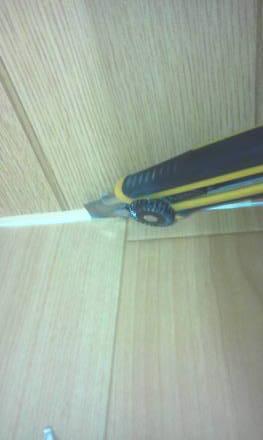 セパレートタイプにするためにトイレの新設 床シートを壁面に合わせて切り取り