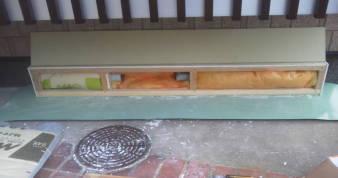 床下換気孔の防音 吸音用グラスウールを押し込む