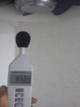換気扇用防音 中の換気扇直下85.9dB