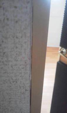 戸当たりとドア枠の隙間をなくなるようにネジで止めます。