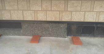 床下換気孔の防音 水を防ぐため煉瓦の台を置く